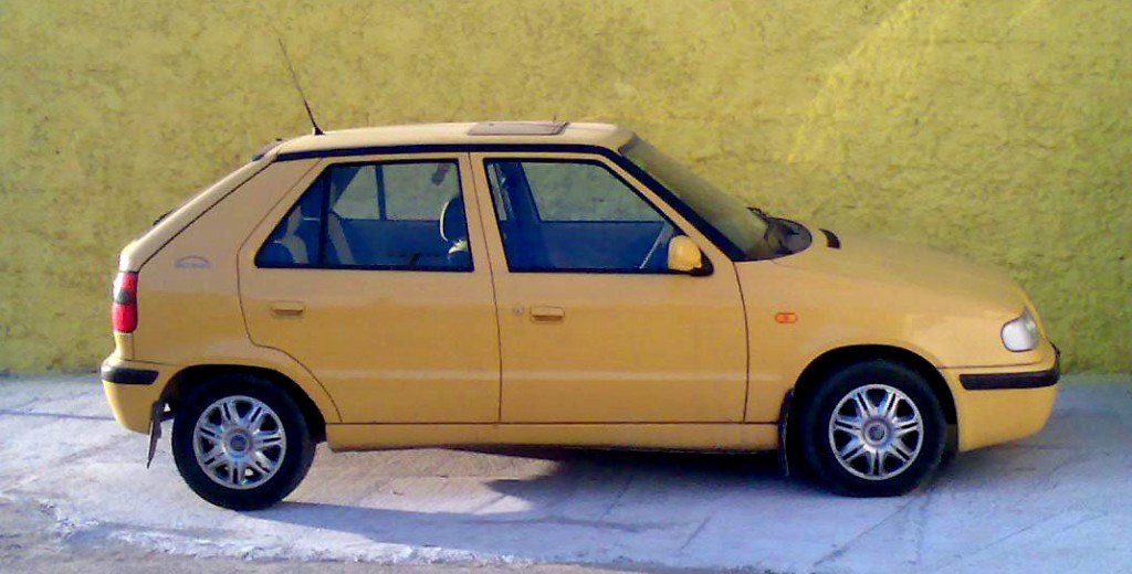 SKODA FELICJA  By Obraz006.jpg: Martin Happy Zubderivative work: Svajcr (talk) - Obraz006.jpg, Domena publiczna, https://commons.wikimedia.org/w/index.php?curid=9870215