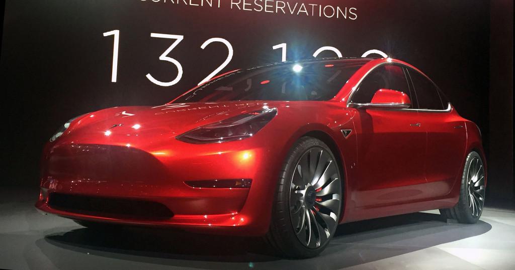 ...Tesla 3 kosztuje 35 tysięcy USD By Candy Red Tesla Model 3.jpg: Steve Jurvetsonderivative work: Smnt - Ten plik jest pochodną pracą Candy Red Tesla Model 3.jpg:, CC BY-SA 4.0, https://commons.wikimedia.org/w/index.php?curid=48139054