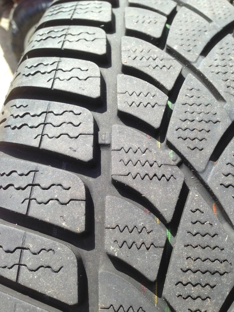 winter-tyre-1342876_1280