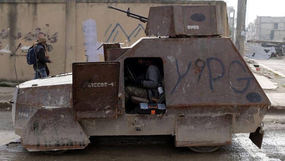 Na zdjęciu WYJĄTEK - samochód pancerny, przeznaczony do walk miejskich, a nie do misji samobójczych. Uzbrojony w ciężki karabin maszynowy. Wyglądem przypomina polskie, przedwojenne samochody pancerne Ursus wz. 34. I Źródło: https://www.baomoi.com/kho-do-xe-boc-thep-moi-cua-phien-quan-is-o-syria/c/21812365.epi  I www.motorewia.pl