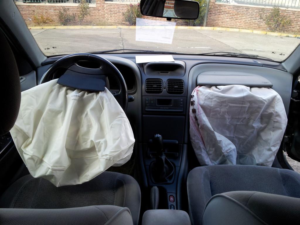 Wystrzelone poduszki powietrzne I Motorewia.pl  Źródło: By David Perez (Own work) [GFDL (https://www.gnu.org/copyleft/fdl.html) or CC BY-SA 3.0 (httpss://creativecommons.org/licenses/by-sa/3.0)], via Wikimedia Commons