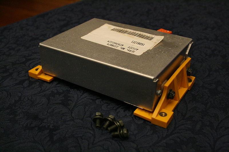 Moduł kontroli poduszek powietrznych I Motorewia.pl Źródło: By Ildar Sagdejev (Specious) (Own work) [CC BY-SA 3.0 (httpss://creativecommons.org/licenses/by-sa/3.0) or GFDL (https://www.gnu.org/copyleft/fdl.html)], via Wikimedia Commons