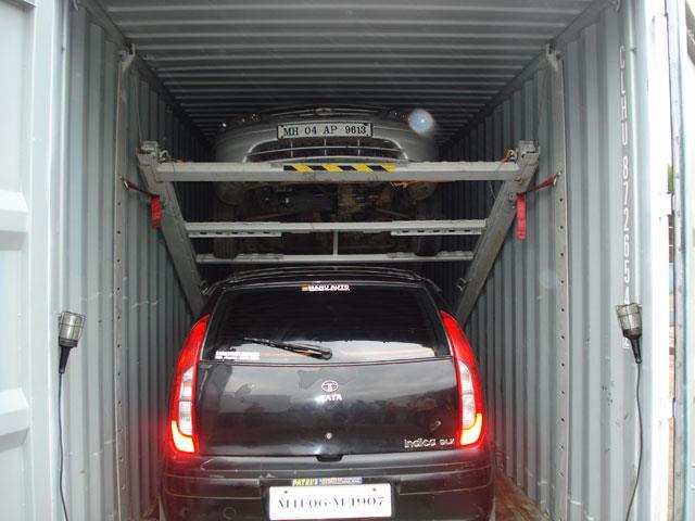 Tak wygląda przewóz samochodów w kontenerze - Motorewia.pl  Źródło: forkliftaction.com