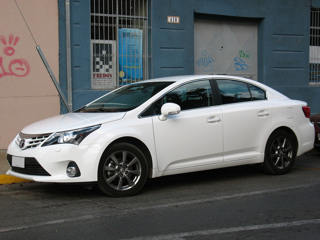 Toyota Avensisn I Motorewia.pl  By order_242 from Chile - Toyota Avensis 2.0 GLi 2013, CC BY-SA 2.0, httpss://commons.wikimedia.org/w/index.php?curid=34584928