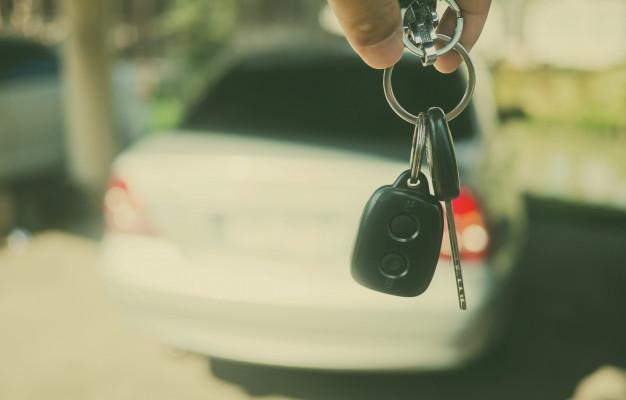 kluczyk-samochodowy-z-rozmytym-tlem-samochodu-nie-pij-i-jedz_41969-519