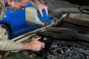 Wymiana oleju silnikowego www.motorewia.pl Źródło Freepik.com