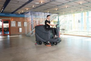 Maszyna do mycia podłóg www.motorewia.pl Jak czyścić podłogi w garażu?