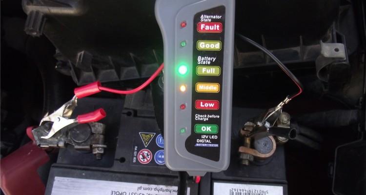 Rozładowanie akumulatora samochodowego na postoju - co jest powodem? Motorewia.pl / Michał Lisiak